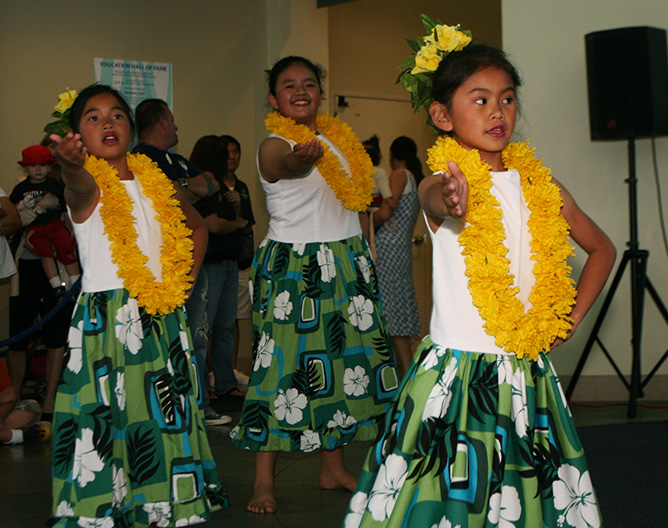 Young Polynesian dancers