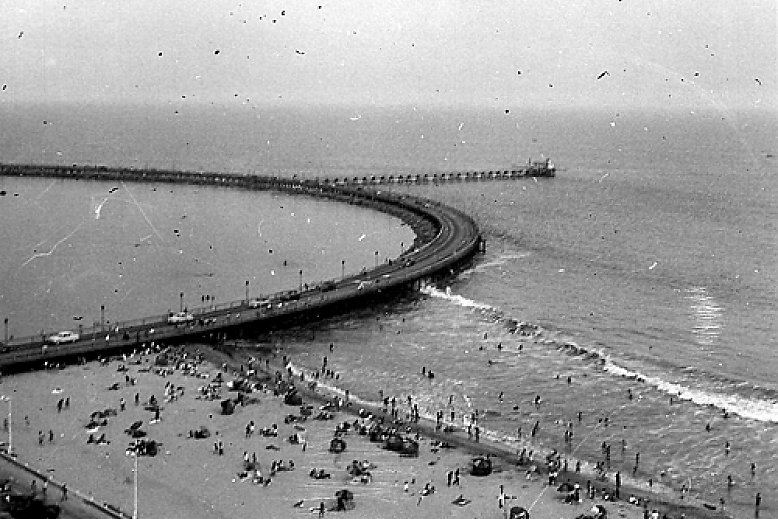 Black and white picture of Rainbow Pier in 1952 - slideshow