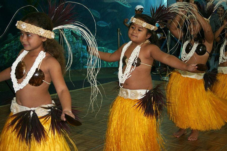 Young Tahitian dancers - lightbox