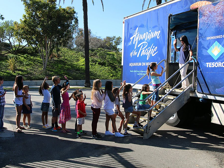 Kids lining up to enter Aquarium on Wheels truck