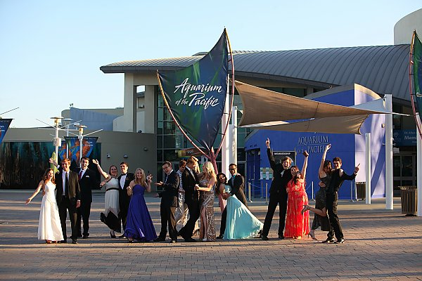 High school students in formal wear in front of the Aquarium